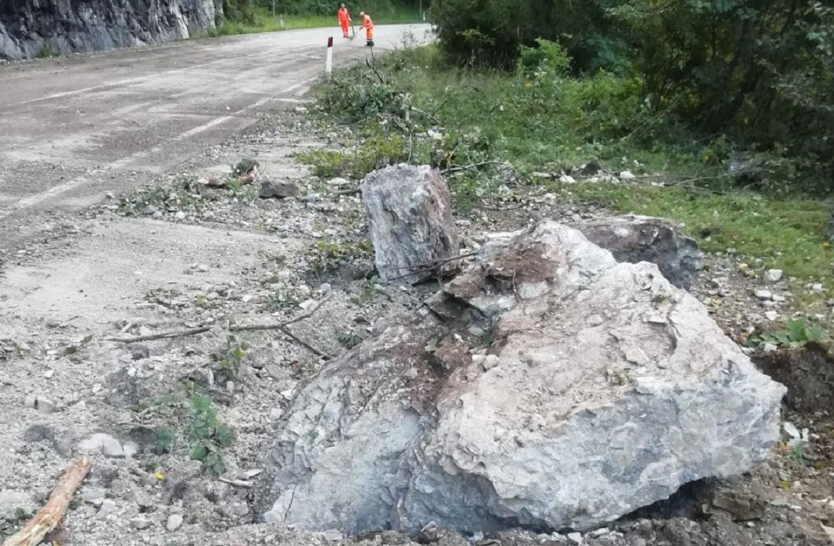 Preoccupante frana sulla statale, due enormi massi precipitano sulla Agordina
