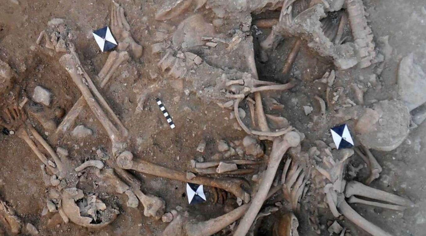 Scheletri di 25 crociati scoperti in due fosse comuni: svelato come sono morti