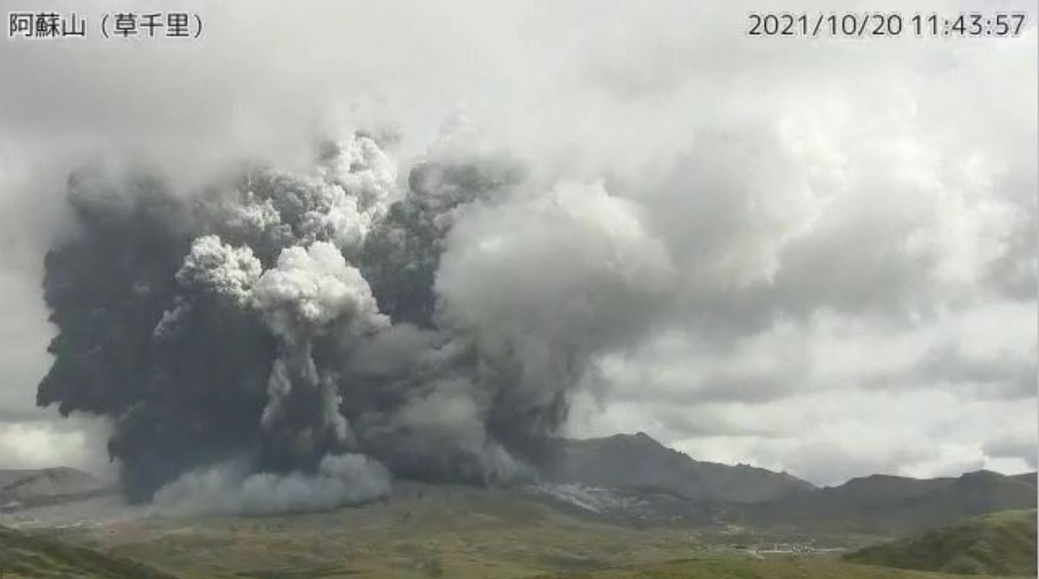 Giappone: spaventosa eruzione del vulcano Aso. Il video
