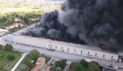 Benevento: colossale incendio in fabbrica, nube tossica invade provincia di Napoli e Caserta