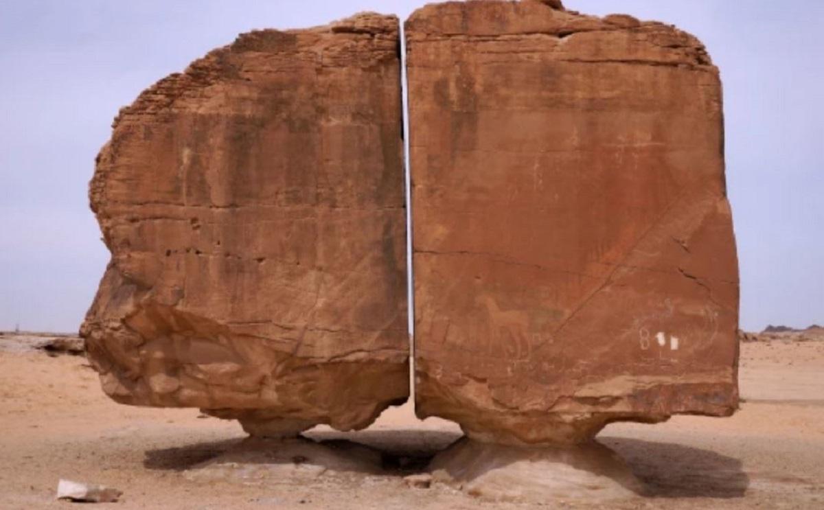 Misteriosa roccia spaccata perfettamente in due divide gli utenti: fenomeno naturale o alieni?